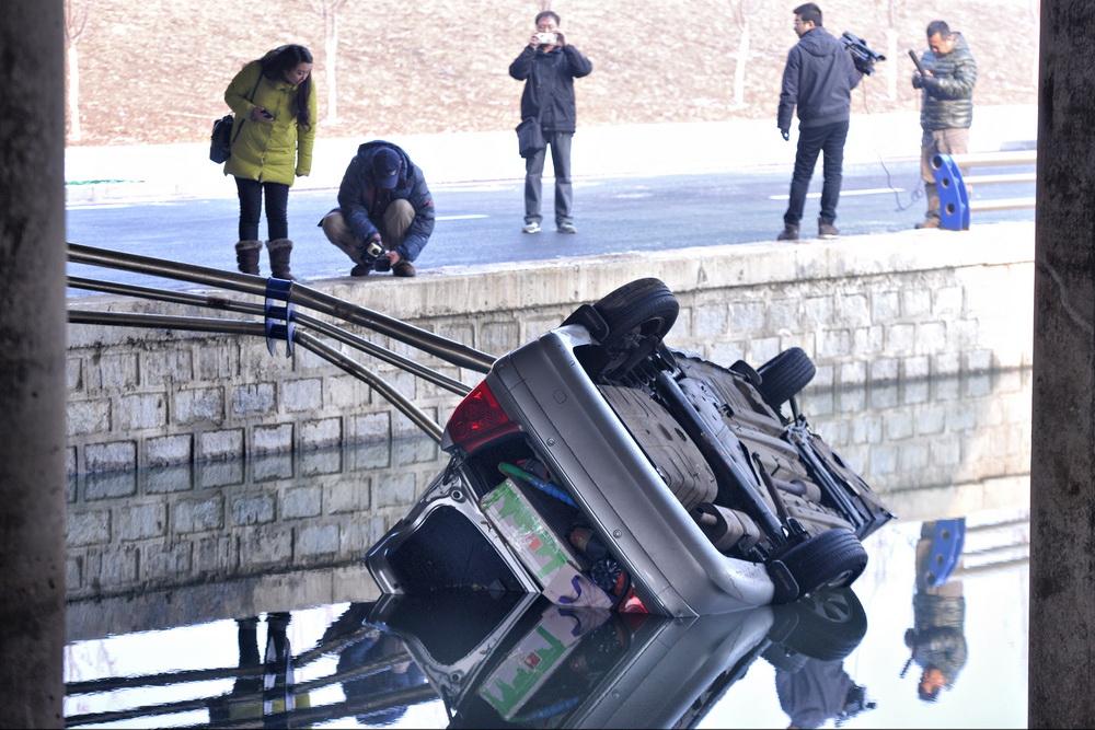 沈阳女司机开车撞断护栏冲进河 疑因地上有霜
