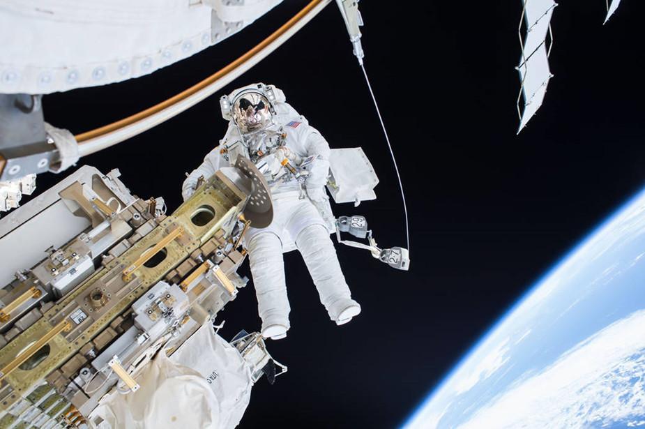 12月21日,宇航员蒂姆・科波拉和斯科特・凯利出舱行走,挪动了国际空间站的移动运输轨道车的位置,并为定于23日到来的俄罗斯货运飞船做准备。图为蒂姆・科波拉在太空行走的过程中。(NASA)