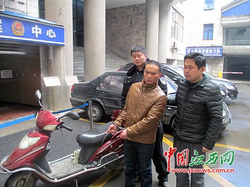 犯罪嫌疑人盗窃电动车慌不择路掉入长江,经民警相助,才被救上岸。