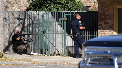 警方正在公寓外与枪手对峙。美联社