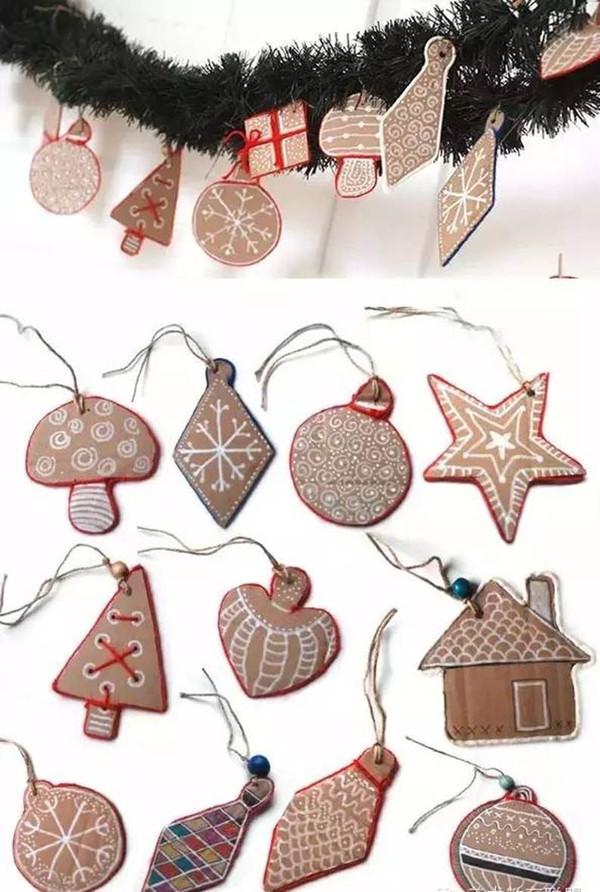 硬纸板做的圣诞树的装饰物