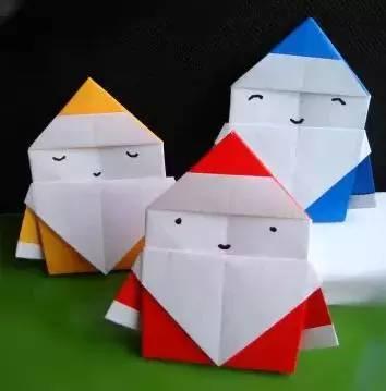 1,这个折纸圣诞老人使用方形的纸张制作.