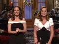 《周六夜现场第41季片花》第九期 蒂娜和艾米性格迥异 混搭编原创圣诞歌