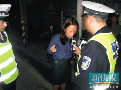 女司机醉驾遇警察仓促想逃跑 撞到路边隔离带