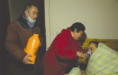 患病丈夫逼妻改嫁 妻子和现任丈夫一起照顾前夫