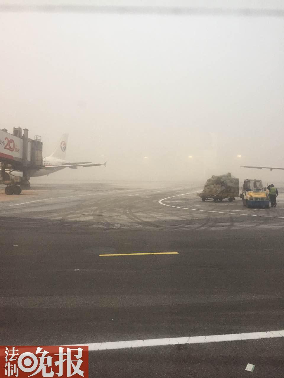 首都机场受天气影响百余架次航班取消