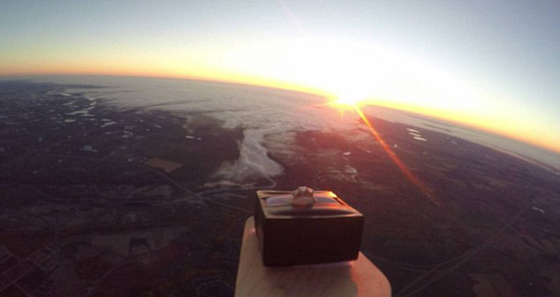 加拿大男子将戒指升到3万米高空浪漫求婚(图)