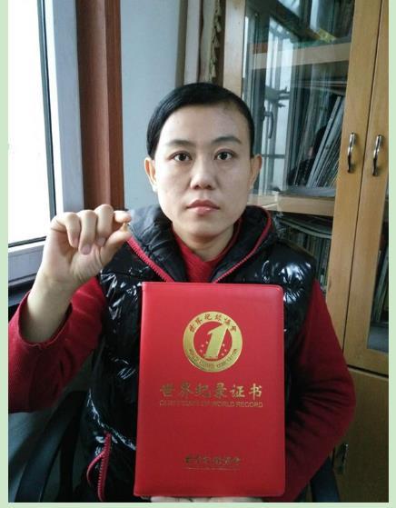 李如琛获最小内书鼻烟壶世界纪录(组图)图片