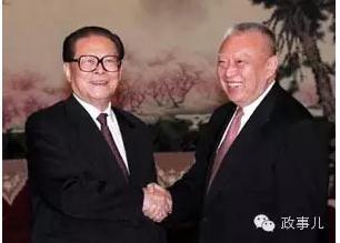 """""""政事儿""""发现,1998年至2000年,董建华进京述职的时间并不固定。有时在当年的10月(1998年10月17日、2000年10月27日),有时在11月(1999年11月22日),自2001年开始,香港特首述职的时间开始固定,一般都在每年的12月进行。有的年份,董建华曾一年两次述职。"""