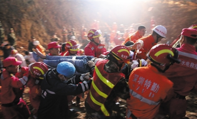 2015年12月23日,经过武警水电一总队三支队专业救援分队官兵的紧张搜救,被埋67小时的田泽明获救,他成了第一个也是目前唯一一个被埋获救者。图/IC