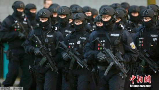 当地时间12月8日,法国巴黎,遭遇巴黎恐袭案的美国乐队