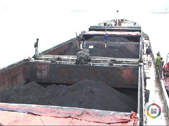 """图为""""明胜""""轮上装载的煤炭。"""