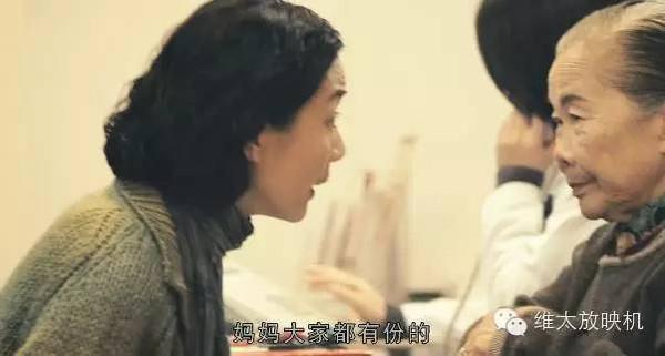 刘德华甘愿做绿叶成就她,单膝跪地为其颁奖