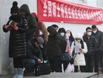 昨日,2016年全国硕士研究生招生考试人民大学考点,考生们排队进入考场。