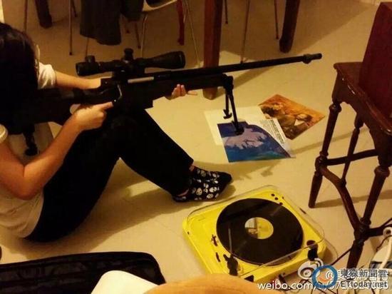 遗传成龙基因?小龙女圣诞礼物是狙击枪