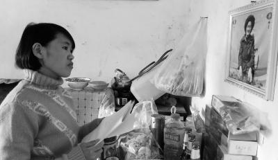 钱仁凤站在母亲遗像前。未能见母亲末了一壁是她的一大惋惜