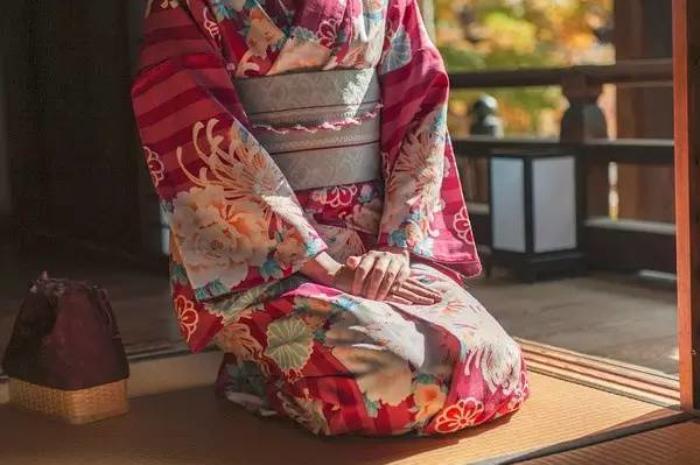 日本女人和服后面_日本女人穿和服时,衣服后面绑着很大一包啥玩意来的?真的是 ...