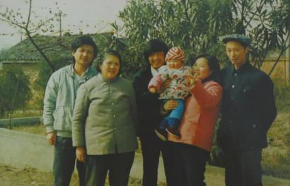 陈满(左一)和家人的末了一张合影。
