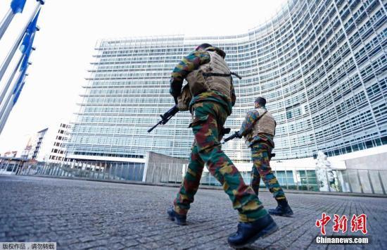 当地时间11月23日,比利时士兵在欧盟总部外警戒。比利时政府宣布首都布鲁塞尔在周一将继续维持从周五晚些时候开始的最高警戒,地铁停运,学校停课,以防备类似于11月13日巴黎恐袭发生。 视频:比利时逮捕一名涉嫌参与巴黎恐袭的男子 来源:深圳高清