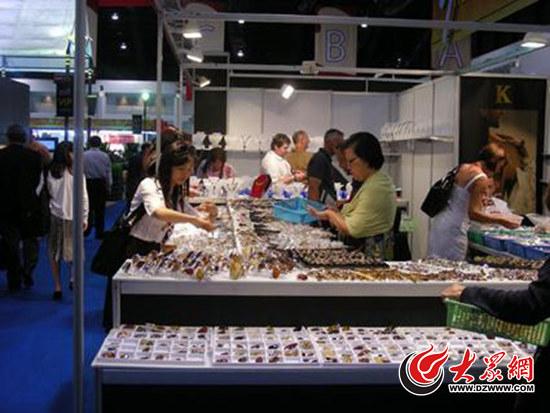 媒体配发的此图实为2009年中国珠宝玉石首饰行业协会组团参加第43届曼谷珠宝展的新闻配图。