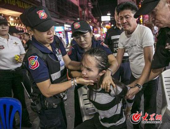 媒体配发的此图实为2014年9月泰国警方展开扫黄行动时的现场照片。