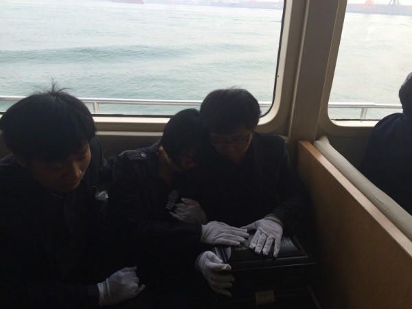海葬最后一刻,父母抚摸着涛涛的骨灰盒,不忍离开孩子