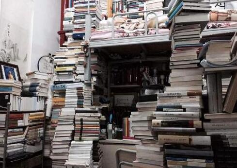 """昆明""""学霸""""寝室藏书堪比图书馆究竟是怎么回事?学霸"""