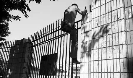 小偷抄近路逃跑 竟翻墙进了公安局