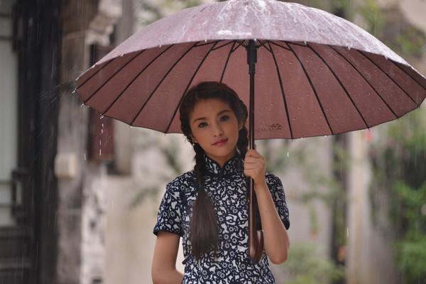 撑着油纸伞的丁香姑娘走在青石板小巷里