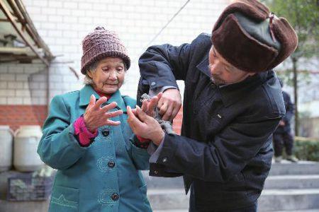 好心人定做价值2万钻戒 63岁夫给98岁妻戴上