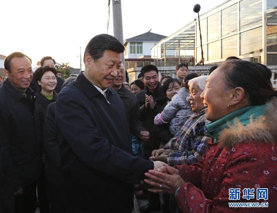 2014年12月13日下午,習近平在鎮江市丹徒區世業鎮永茂圩自然村調研時同村民親切握手交談。新華社記者 蘭紅光