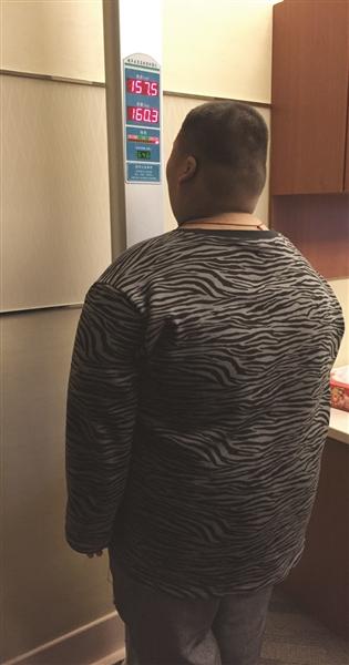 椿云在病院称体重。