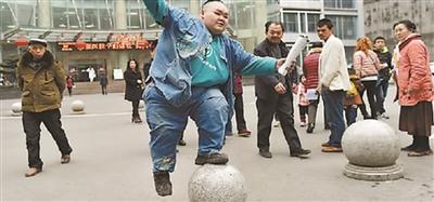 3岁时又黑又小,3岁后胃口大开 14岁320斤!贵州少年来宁求瘦身
