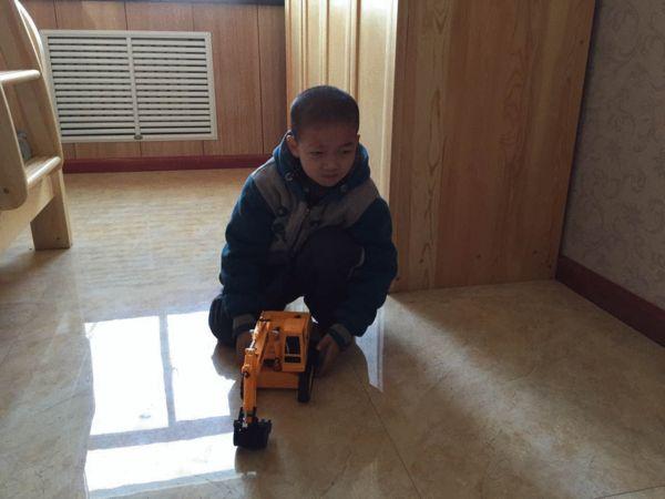 坤坤在玩自己的玩具