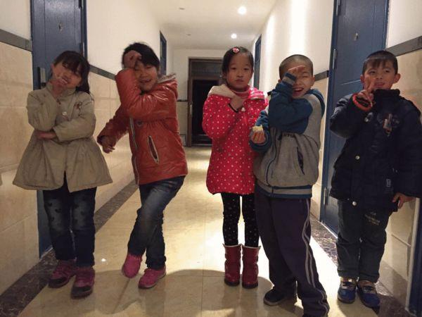 坤坤(右二)在同学们在玩耍
