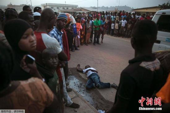 资料图:当地时间2014年12月18日,塞拉利昂东部Koidu,疑似埃博拉患者遗体横躺街头引民众围观。