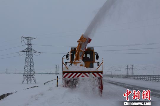 新疆塔城公路管理局额敏分局玛依塔斯应急保障基地路上除雪。 李小华 摄