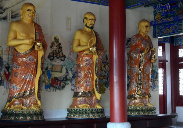 位于释迦牟尼佛像背后的是海岛观音木雕,其是用珍贵的香樟木