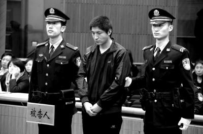 在法官念判定书时期,王伟一直低着头。京华时报通信员李佳摄