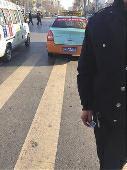"""华商报讯(记者 杨虎元)12月24日,28岁的咸阳女孩苏苏(化名)乘坐出租车从榆林市新建北路到航宇路,由于怀疑司机绕路多收费,她便拍照取证。让苏苏没有想到的是,出租车司机不仅辱骂她,趁她在酒店办登记手续时,还强行将她的身份证拍照并称:""""你敢投诉试一试。"""""""