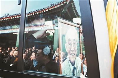 """另外一位值得关注的逝者是杜润生。10月9日,这位""""中国农村改革之父""""以102岁的高寿去世。杜润生曾担任国家农业委员会副主任、中共中央书记处农村政策研究室主任、国务院农村发展研究中心主任等职务,虽然级别没到副国级,但他的改革贡献得到了历史和国家的认可,他对家庭承包责任制在中国农村的推广和巩固发挥了重要作用。10月23日,在杜润生的追悼会上,七位常委和胡锦涛、江泽民两位前国家领导人也都送了花圈。"""