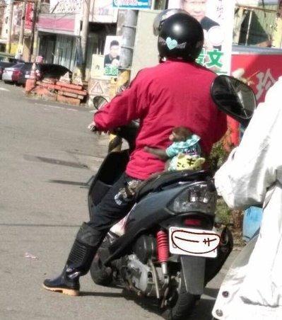 小山公穿西服坐摩托车后座紧抱客人。图像取自台媒
