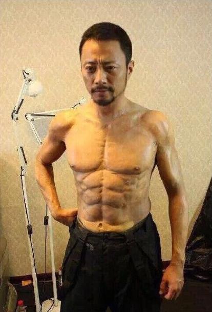 """近日,《老炮儿》剧组曝光了几张花絮照片。照片中,工作人员正在认真地为张涵予""""贴肌肉""""。"""