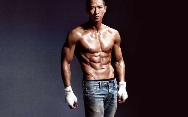 """张家辉自己都承认,为了练出饱满的胸肌和6块腹肌,他吃了不少苦,""""每天锻炼六七个小时,一共锻炼了9个月。"""""""