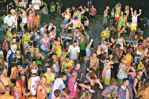 帕安岛的满月派对深受外国游客欢迎,但狂欢过后沙滩往往满地垃圾。(图片来源:)