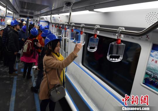 12月30日,福州地铁1号线一期南段顺利空载试通车。 杨勇 摄