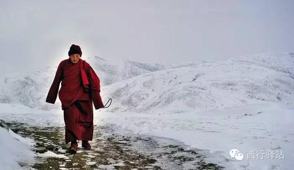 雪后色达行走的僧人-2015川西最美26个瞬间,惊艳了岁月,唯美了人间
