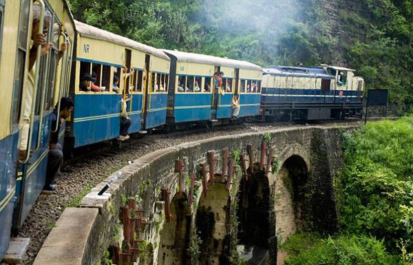 【环球网综合消息】据英国《每日邮报》12月29日报道,近日,在印度伊扎特纳加尔的一列火车上发生了一件不可思议的事情:一名女婴诞生在行进中的火车厕所里,且不慎掉进便池进而滑出火车跌入铁轨。众人知晓后合力救回女婴,结果发现孩子竟然奇迹生还。