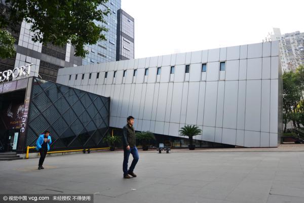 """上海现""""俯卧撑""""大楼 似15层楼倒塌引围观(图)"""