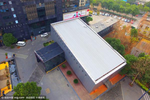 """2015年12月30日,上海一商圈现奇葩""""楼倒倒""""建筑,仿佛一栋15层的高楼倒塌后嵌入另一幢楼一般,奇特的造型吸引了不少人的目光。 据悉,该楼位于杨浦区大连路海上海广场,实际仅3层,设计师将该建筑设计成高楼倒塌后的模样,又仿佛在做""""俯卧撑"""",乍一看以为是一栋15层的高楼倒下后,恰好嵌入另一栋楼,并与地面形成了约30度夹角,产生了别具一格的视觉错觉,吸引了不少过路人的目光。"""